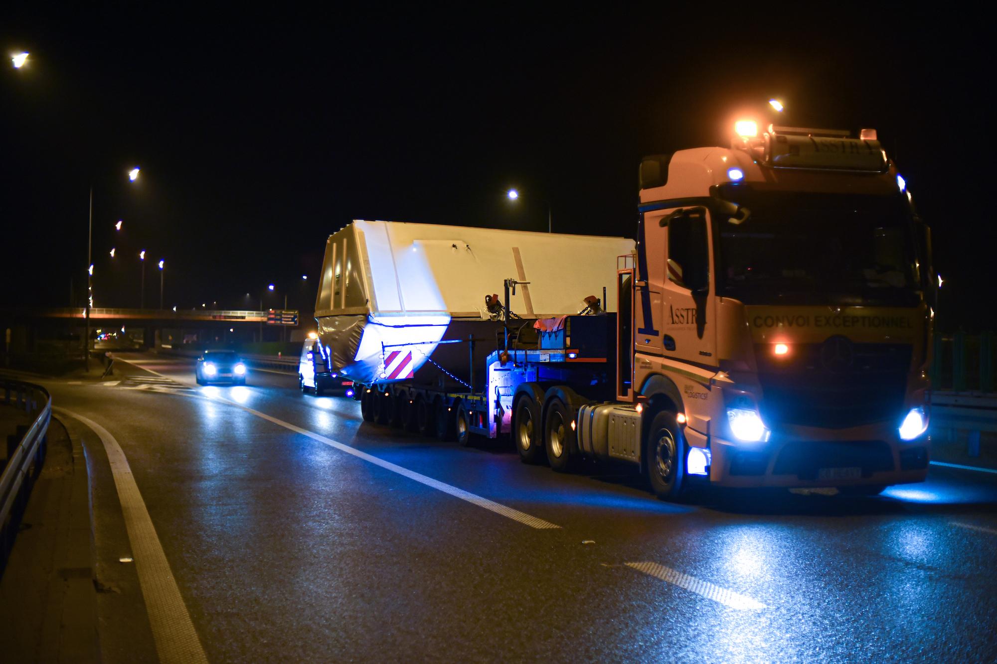 Ciężarówka transportująca wiertło do tunelu